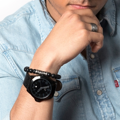 Urban Story Armbanduhr mit einem schwarzen Lederband