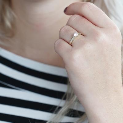 Solitär-Ring aus 375 Gold mit Zirkonia__1050448__2